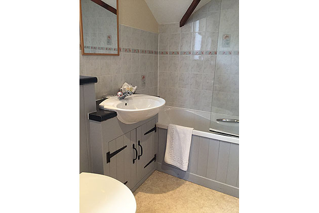 The Driftway Cottage's en-suite bathroom