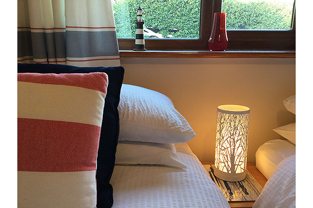Fleet Cottage's twin bedroom, pillow/sidelight detail
