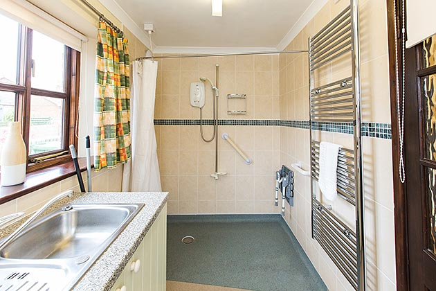 Narroogal Cottage's utility room with walk-in shower
