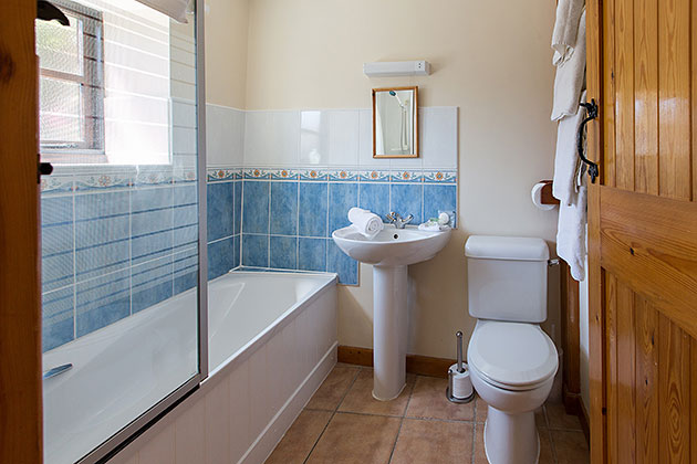 Peewit Cottage's bathroom