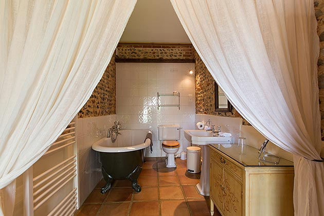Rosedale Barn Cottage's en-suite bathroom