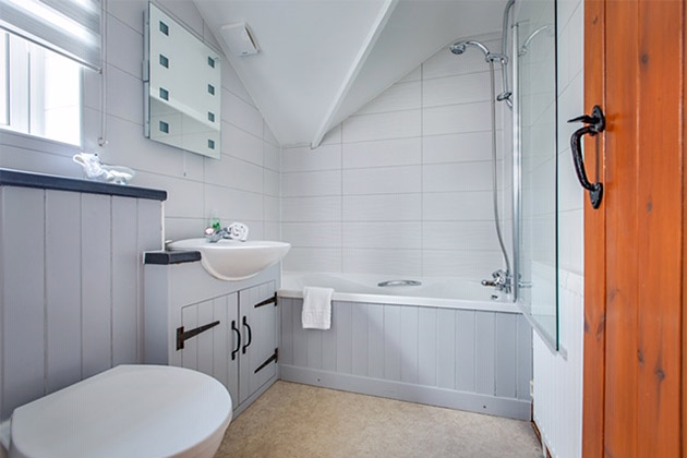 The Driftway Cottage's king size bedroom's en-suite bathroom