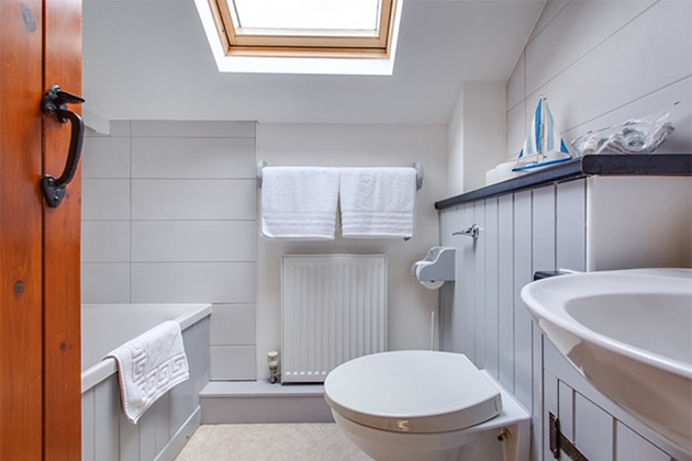 The Driftway Cottage's twin-bed bedroom's en-suite bathroom