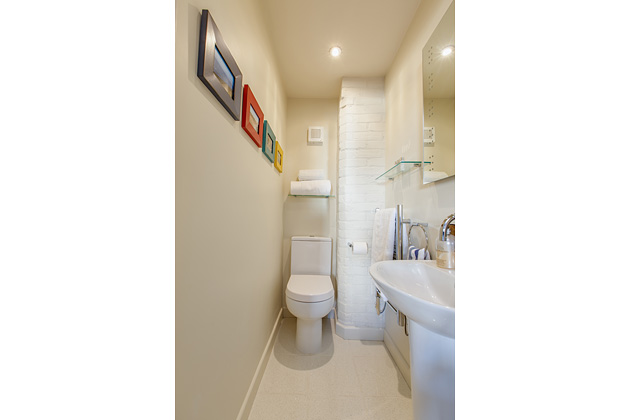 Tractor Cottage's twin bedroom's ensuite WC